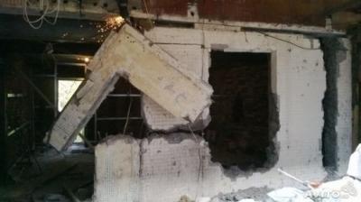 Демонтаж бетонной стены.