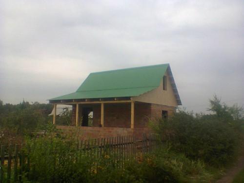 Кирпичный дом с новой крышей