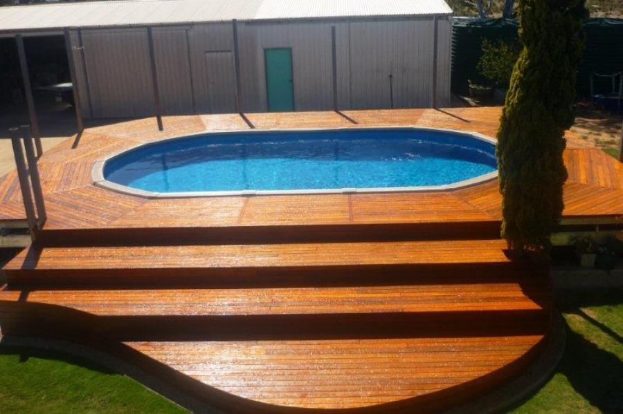 Деревянная терраса возруг бассейна